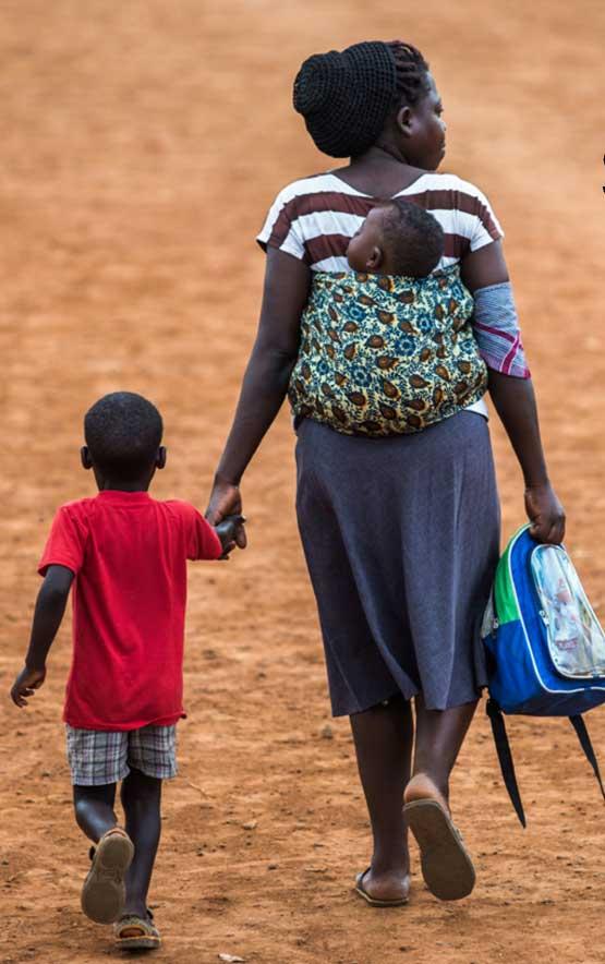 Edito. Mère et son enfant sur le chemain de l'école